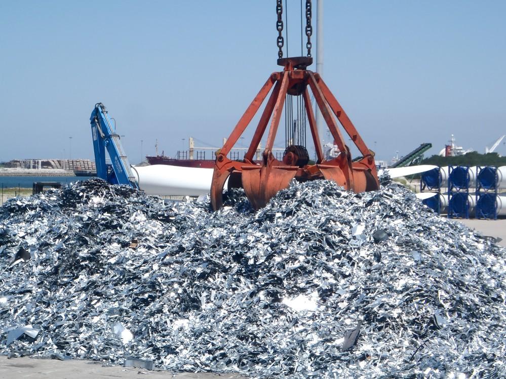 scrap-metal-transshipment-at-the-port-terminal-nominated_t20_e99AdL